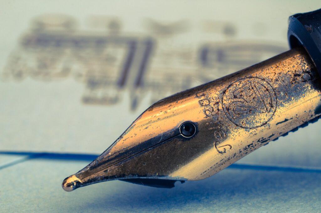 """Ilustracja wpisu blogowego """"Jak naostrzyć pióro"""" - gdzie nauczyć się dobrze pisać"""